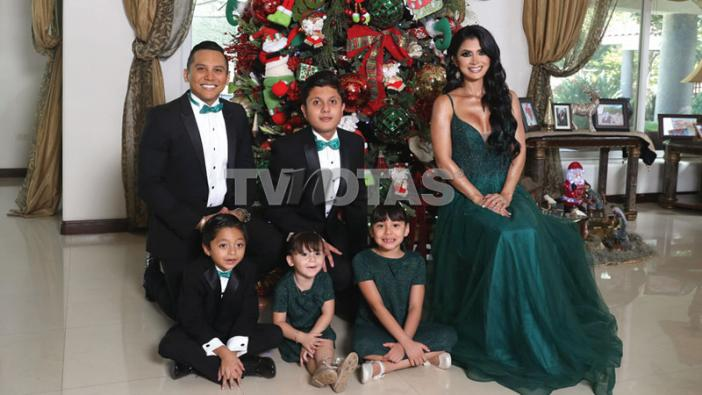 Edwin Luna and Kimberly Flores have honored the holidays of the Navidad con sus hijos